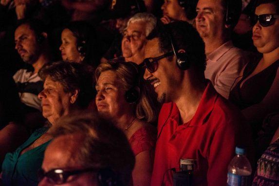 Pessoas com deficiência visual na plateia do Teatro Sérgio Cardoso, na apresentação do musical Cartola com audiodescrição - Foto de Rafael Amanbahy II